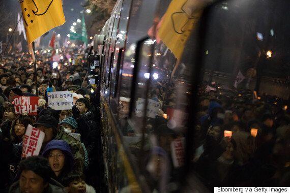 법원이 12월 내내 평일 밤 10시까지 청와대 200m 앞 행진을