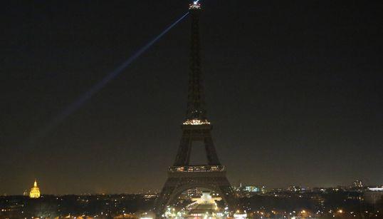 알레포에 대한 연대의 뜻으로 에펠탑 불이
