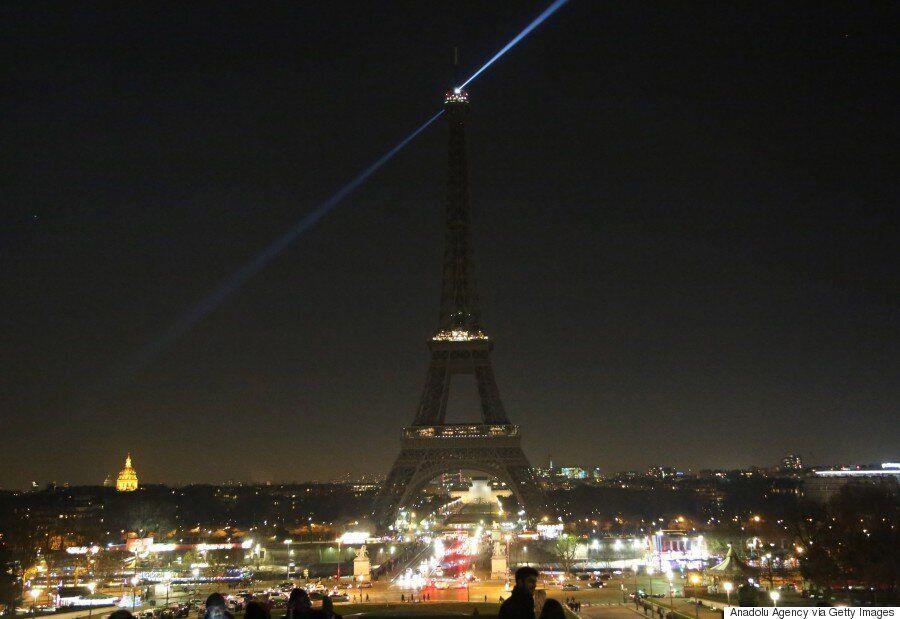시리아 알레포에 대한 연대의 표시로 에펠탑의 조명이 모두