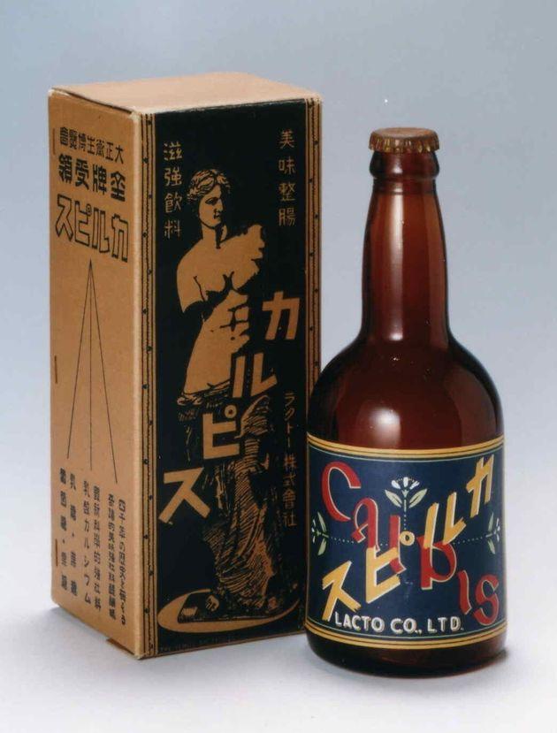 1919年、日本初の乳酸菌飲料として誕生した「カルピス」。「初恋の味」のキャッチフレーズ、水玉模様の包装紙を使用したのは1922年のこと。