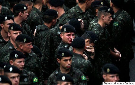 19명의 선수를 잃은 축구팀의 추도식 날 비가