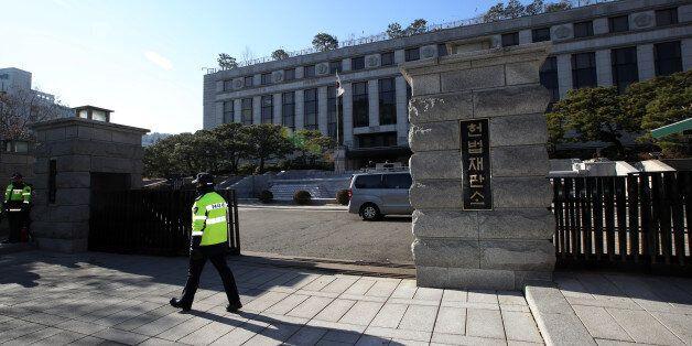 11일 오전 서울 종로구 헌법재판소 앞에서 경찰이 경계 근무를 서고