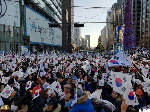 친박단체들이 '태극기 휘날리면 촛불 꺼진다'며 탄핵 무효 시위를