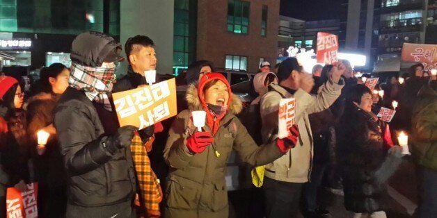 오늘도 변함없이 춘천 김진태 사무실 앞에서 촛불집회가