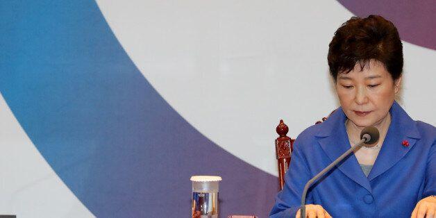 '직무정지' 박근혜 대통령은 휴식을 취하며 '여러가지 생각을 가다듬을 것'이라고