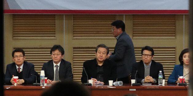 11일 오후 국회 의원회관에서 열린 새누리당 비상시국회의에서 김무성 전 대표, 유승민 의원 등 참석 의원들이 정국현안에 대해 논의하고