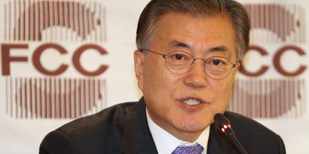 더불어민주당 문재인 전 대표가 15일 오후 서울 중구 프레스센터에서 열린 외신기자클럽 기자간담회에서 취재진의 질문에 답하고