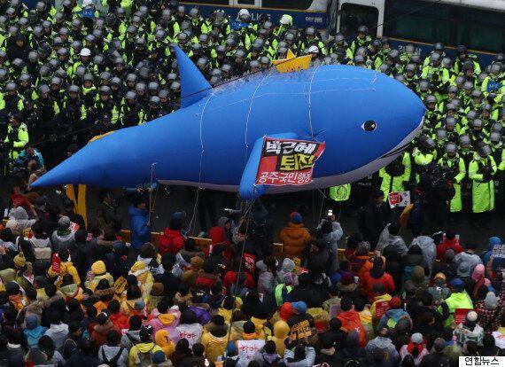 청와대 앞 행진에 '세월호 고래'가
