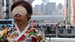 반한 시위가 벌어지는 오사카 거리에서 한국인이 '프리허그'를