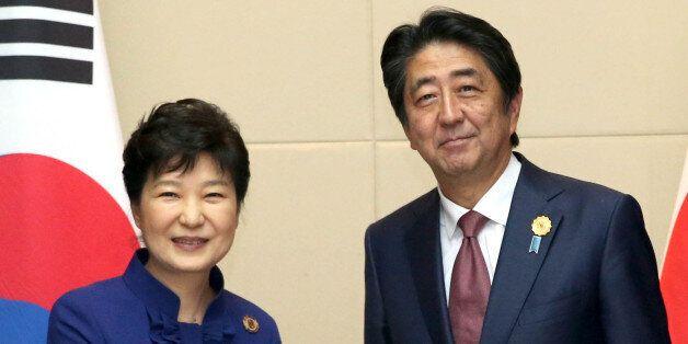 박근혜 대통령과 아베 일본 총리가 9월 라오스 비엔티안 국립컨벤션센터(NCC)에서 열린 한·일 정상회담에서 악수하고