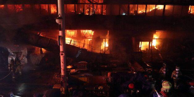 대구에서 가장 큰 서문시장에서 화재가 발생해 상가 500곳이 불에