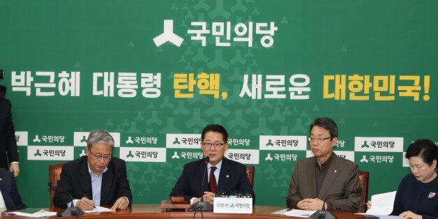 국민의당 박지원 비상대책위원장 겸 원내대표가 1일 오전 국회에서 열린 원내정책회의에서 발언하고