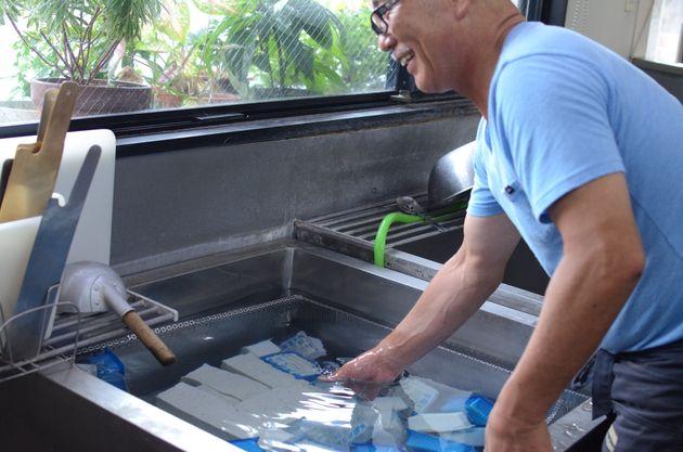 造りたての豆腐が井戸水を泳ぐ