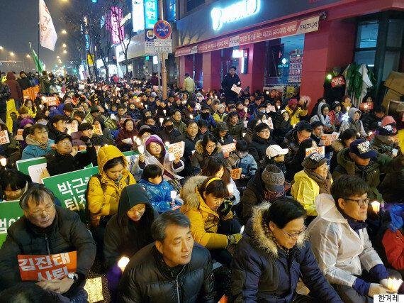 춘천 김진태 사무실 앞에서는 오늘도 촛불집회가