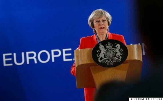 우연히 카메라에 포착된 영국 정부의 '브렉시트 플랜'은 간단(?)하다. '꿩먹고