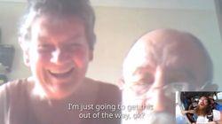 이 남성은 스카이다이빙 중 부모님과 영상통화를