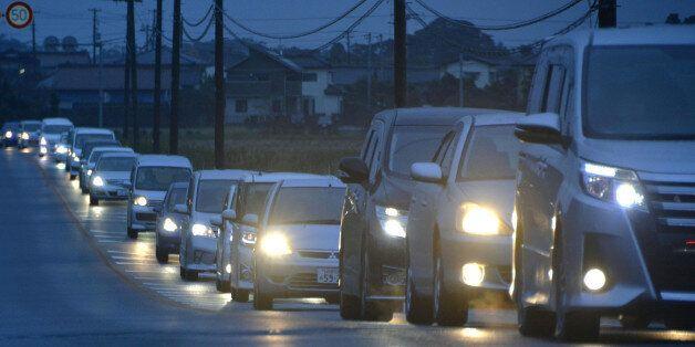 2일 새벽 일본 후쿠시마(福島)현에서 강진이 발생하며 쓰나미(지진해일) 경보가 내려지자 같은 현 이와키시 주민들이 차량을 이용해 대피하고