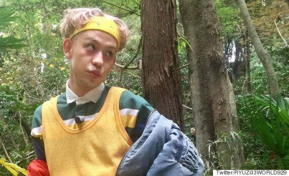 숲 속에서 포즈를 잡고 찍은 사진에 정체불명의 무언가가 함께
