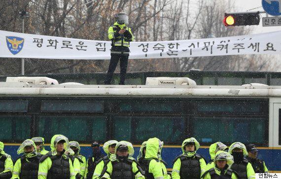 법원이 '청와대 앞 행진은 해질 때까지만 허용된다'며 주최 측의 항고를