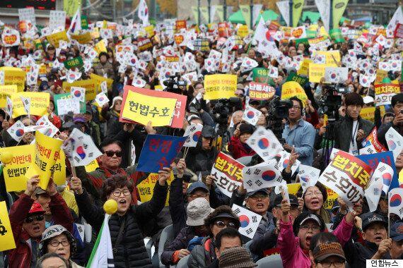 박사모 등 맞불집회 참석자들이 JTBC 취재진에게 폭력을