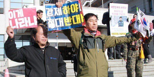 옥천 육영수 여사 '숭모제'가 '박근혜 퇴진' 시위대와 '박사모'의 충돌로 난장판이