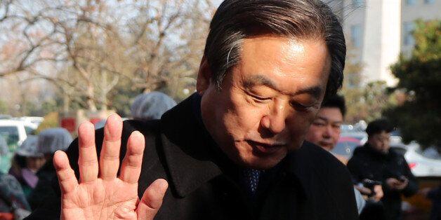 새누리당 김무성 전 대표가 28일 오전 국회 후생관 앞에서 열린 한국근우회 주최 '사랑의 김치 나누기' 행사에서 봉사자들이 김치를 계속해서 건네자 손사래를 치고