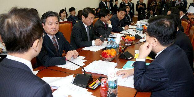 기획재정위원회 조세소위원장인 새누리당 강석훈 의원(가운데)이 22일 국회에서 열린 조세소위원회의를 주재하고