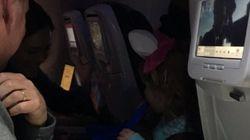 한 아빠가 비행기 내 모든 승객에게 초콜릿을 전달한