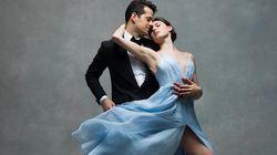 발레리나들이 무도회 드레스를 입고 춤을