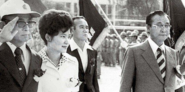 1975년 6월21일 배재고등학교에서 열린 한국 구국십자군 창군식에 박근혜 당시 퍼스트레이디 대행과 최태민(왼쪽)씨가 참석한