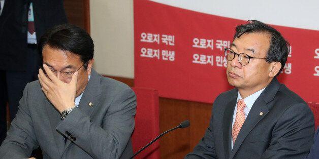 새누리당 이정현 대표와 정진석 원내대표가 10월 31일 오전 서울 여의도 당사에서 열린 최고위원회의에서 강석호 의원의 발언을 듣고