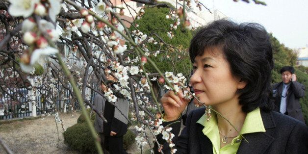 2007년 2월27일 광주를 방문한 한나라당 박근혜 전 대표가 광주일고에 있는 광주학생독립운동 기념관을 둘러본뒤 학교를 나서다 교정에 활짝 핀 매화 향기를 맡고