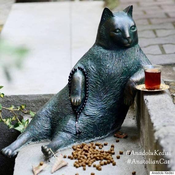 이스탄불의 여유로운 고양이 동상을 누군가가