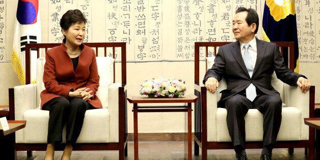 박근혜 대통령이 8일 오전 '최순실 사태'로 인한 정국 혼란을 수습할 방안을 논의하기 위해 국회의장실을 방문, 정세균 국회의장과 대화하고