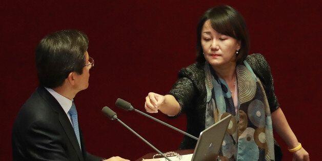 이 국회의원이 '우주의 기운이 돈다'며 총리에게 '오방색 끈'을