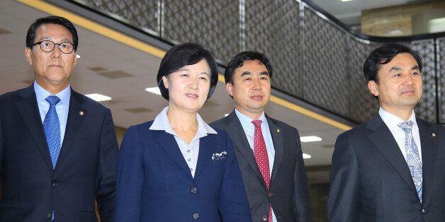 박근혜 대통령에게 영수회담을 제의해 단독회담을 하게 된 더불어민주당 추미애 대표(왼쪽에서 두 번째)가 14일 오후 국회에서 열린 긴급 의원총회에 입장하고 있다. (왼쪽부터) 신용현...