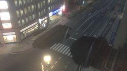 일본 하카타의 도로가 내려앉았고, 정전 등 피해가 이어지고