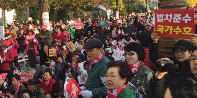 보수단체들이 모인 '애국시민연합' 관계자들이 12일 오후 서울 여의도 국민은행 앞에서박근혜 대통령 퇴진 반대집회를 열고