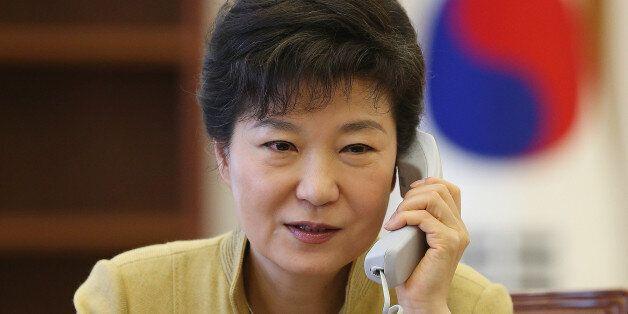 2013년 3월 20일 청와대 집무실에서 박 대통령이 시진핑 주석과 전화통화를 하는