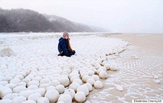 시베리아 해변에 이상한 눈덩이들이 나타났다(사진,