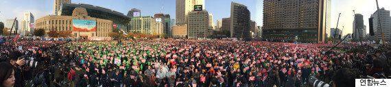 광장이 열렸다. 사람들이 계속 모이는