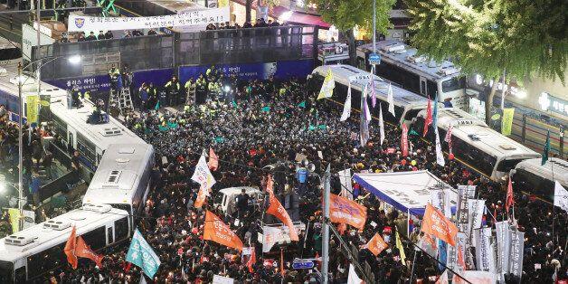 내자동로터리에서 '박근혜 퇴진' 외치며 새벽까지 대치하던 일부 시위대가