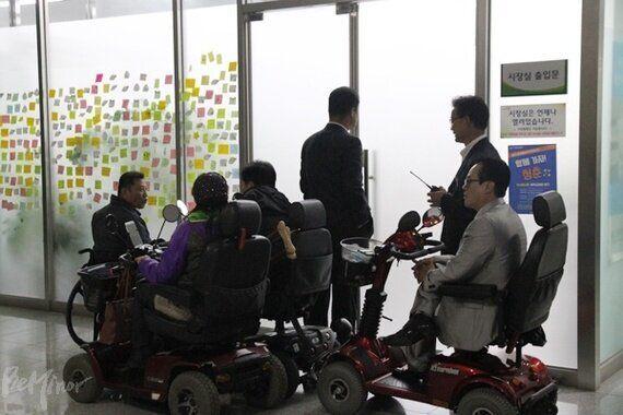 이재명 시장, 장애인콜택시 요금 인상 반대 장애인들