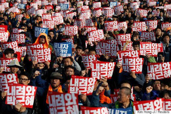 '100만 촛불집회' 다음날, 청와대가 대응방안을 논의했다. '3차 대국민담화' 얘기도