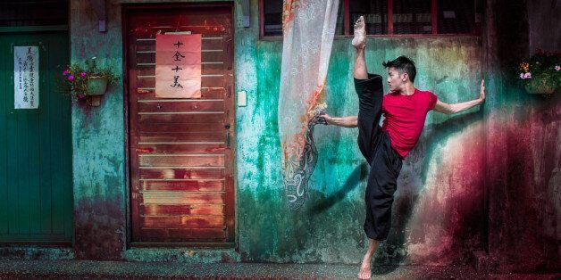 도시의 밤 거리에서 찍은 이 댄서들의 누드 사진은 해방감을