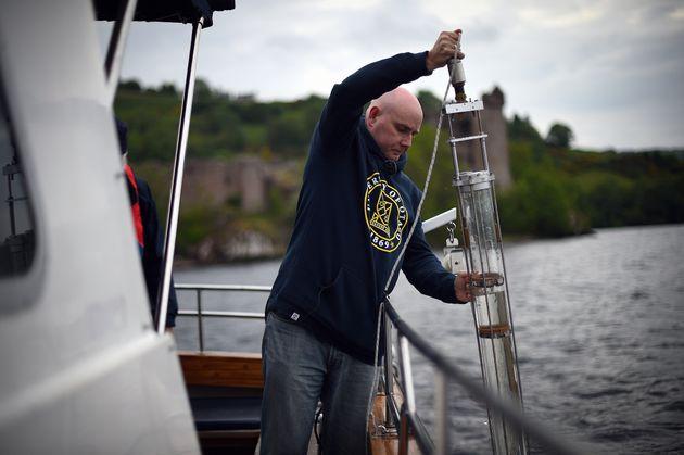 Le professeur Neil Gemmell prélevant des échantillons d'eau du Loch Ness en juin