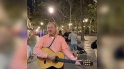 Kevin Spacey si scatena per le strade di Siviglia suonando