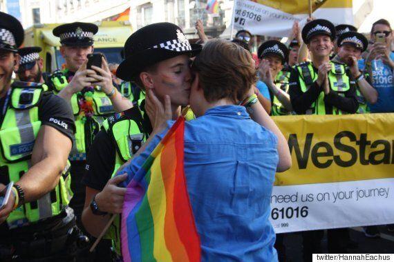 런던 프라이드 행진에 출동했던 경찰이 행진 도중 청혼을