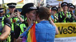 런던 프라이드 행진에서 경찰이 청혼을