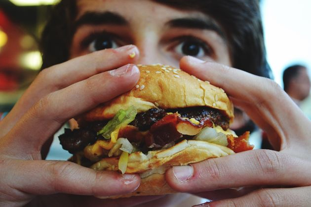 Adolescentes que comem muito fast food têm maior risco de depressão, revela